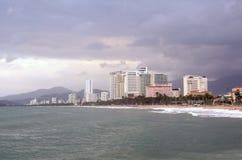 Nha Trang, Vietnam, Januar, 17,2015 Niemand, Hotels auf dem Damm des Meeres in Nha Trang in regnerischem ob Lizenzfreie Stockfotos