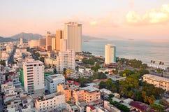 Nha Trang, Vietnam, Januar, 16,2015 Niemand, Hotels und andere Gebäude auf dem Damm des Meeres in Nha Trang bei Sonnenuntergang Lizenzfreies Stockfoto