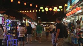 NHA TRANG, VIETNAM - JUNI 19, 2016: De mensen lopen binnen op de nacht verlichte marktstraat in de toeristische streek stock video