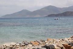 Nha Trang, Vietnam - 12 luglio 2015: Bella pietra, mare blu e la montagna immagine stock libera da diritti