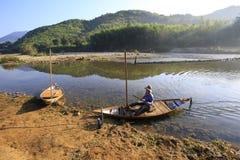 Nha Trang, Vietnam, Maj 20, 2016: Fartygman på den Ben Loi floden Royaltyfri Bild