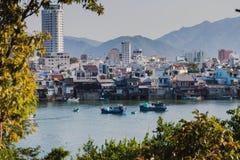 Nha Trang, Vietnam Panorama de la ciudad 2017: Barcos de pesca en el río en la ciudad de Nha Trang fotografía de archivo libre de regalías