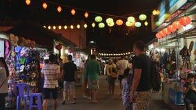 NHA TRANG, VIETNAME - 19 DE JUNHO DE 2016: Os povos estão andando na rua iluminada noite do mercado na zona turística dentro video estoque