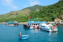 Nha Trang, Vietname, janeiro, 22, 2015 Barcos na baía de Nha Trang Fotos de Stock
