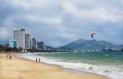 NHA TRANG, VIETNAME - MARÇO: Vista da praia e dos hotéis da cidade dentro imagens de stock