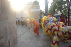NHA TRANG WIETNAM, LUTY, - 15, 2016: Niezidentyfikowani ludzie tanczą z chińskim lwem przy firma okręgiem podczas zdjęcie royalty free