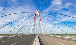 Nhat Tan Bridge eller Vietnam - Japan kamratskapbro, denblivna bron som korsar Redet River i Hanoi som invigas på 4 Januari Royaltyfria Bilder