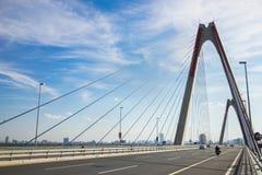 Nhat Tan Bridge eller Vietnam - Japan kamratskapbro, denblivna bron som korsar Redet River i Hanoi som invigas på 4 Januari Fotografering för Bildbyråer