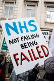 NHS i krisdemonstration, till och med centrala London, i protest av underfunding och privatisation i NHS royaltyfri foto