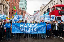 NHS i krisdemonstration, till och med centrala London, i protest av underfunding och privatisation i NHS royaltyfri bild