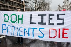 NHS i krisdemonstration, till och med centrala London, i protest av underfunding och privatisation i NHS royaltyfria bilder