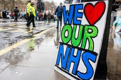 NHS i krisdemonstration, till och med centrala London, i protest av underfunding och privatisation i NHS royaltyfri fotografi