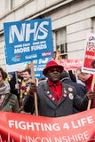 NHS i krisdemonstration, till och med centrala London, i protest av underfunding och privatisation i NHS arkivbild