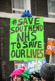NHS i krisdemonstration, till och med centrala London, i protest av underfunding och privatisation i NHS arkivfoto