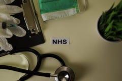 NHS mit Inspiration und Gesundheitswesen/medizinischem Konzept auf Schreibtischhintergrund lizenzfreie stockbilder