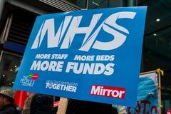 NHS na demonstração da crise, em Londres central, no protesto do underfunding e na privatização em NHS imagem de stock