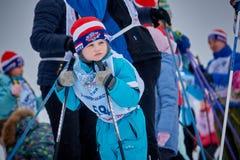 NIžNIJ NOVGOROD, RUSSIA - 11 FEBBRAIO 2017: Ski Competition Russia 2017 Azzurro, scheda, pensionante, imbarco, esercitazione, es Fotografia Stock