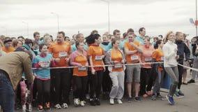 Nižnij Novgorod, Russia - 21 maggio 2017: Corridori all'inizio della mezza maratona del Nižnij Novgorod, Russia - maggio stock footage