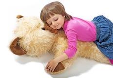 Niña 3 años que duermen en oso de peluche Foto de archivo