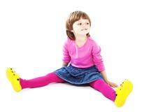 Niña 3 años que se sientan y que sonríen Imágenes de archivo libres de regalías