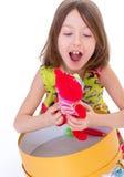 Niña adorable con su rojo teddybear. Fotografía de archivo