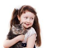 Niña adorable con un gato Fotos de archivo libres de regalías