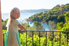 Niña adorable en el balcón en exótico Foto de archivo libre de regalías