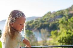 Niña adorable en el balcón en exótico Imágenes de archivo libres de regalías