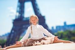 Niña adorable en el fondo de París la torre Eiffel Imagen de archivo