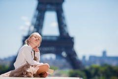 Niña adorable en el fondo de París la torre Eiffel Imágenes de archivo libres de regalías