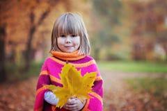 Niña adorable en el parque, jugando foto de archivo libre de regalías