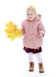 Niña adorable en la capa del otoño que sostiene a fotografía de archivo libre de regalías