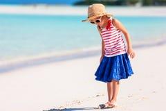 Niña adorable en la playa imagen de archivo