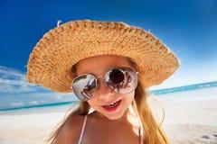 Niña adorable en la playa Fotografía de archivo