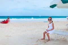 Niña adorable en la playa Foto de archivo libre de regalías