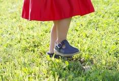 Niña adorable en vestido rojo que camina en el parque del verano Fotografía de archivo libre de regalías