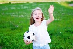 Niña adorable que apoya a su equipo de fútbol nacional durante campeonato del fútbol Imagen de archivo