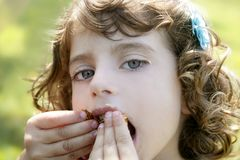 Niña adorable que come el chocolate Imagenes de archivo
