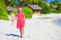 Niña adorable que juega con el juguete de la felpa encendido Foto de archivo libre de regalías
