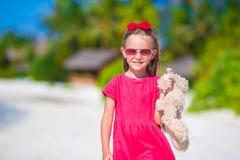 Niña adorable que juega con el juguete durante la playa Foto de archivo libre de regalías