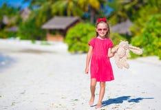 Niña adorable que juega con el juguete durante la playa Imagen de archivo libre de regalías