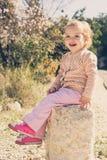 Niña adorable que juega en un parque Imagen de archivo libre de regalías