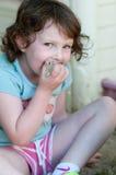 Niña adorable que juega en una salvadera Fotografía de archivo libre de regalías