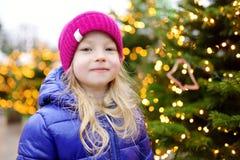 Niña adorable que tiene tiempo maravilloso en mercado tradicional de la Navidad Fotos de archivo