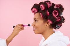 Niña afroamericana que hace maquillaje con la mamá Fotos de archivo