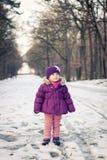 Niña al aire libre en un día de invierno Fotos de archivo libres de regalías