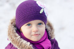 Niña al aire libre en un día de invierno Imagen de archivo