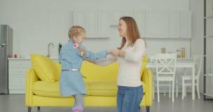 Niña alegre con la madre que baila junto almacen de video