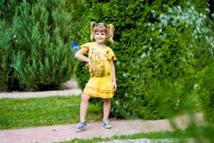 Niña alegre en una hierba verde foto de archivo libre de regalías