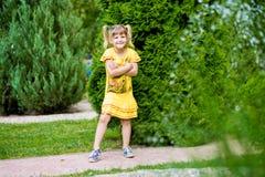 Niña alegre en una hierba verde Fotos de archivo